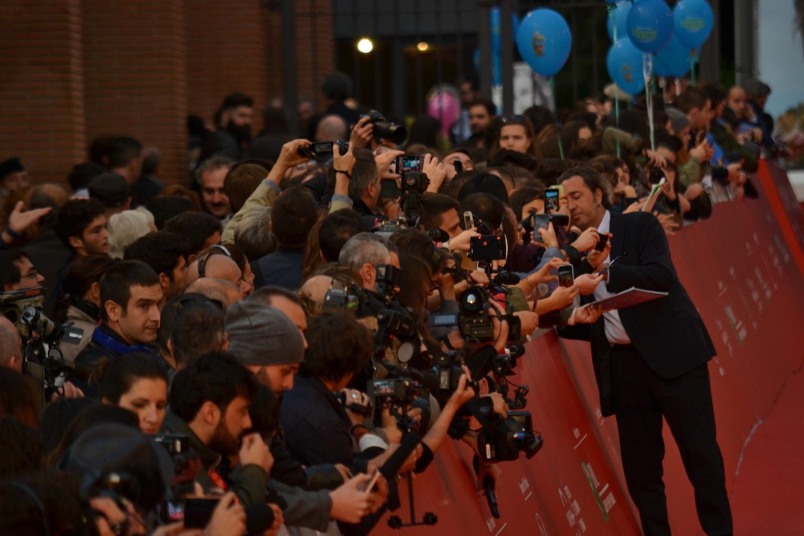 Roma 2015: Il regista Paolo Sorrentino metre firma autografi sul red carpet