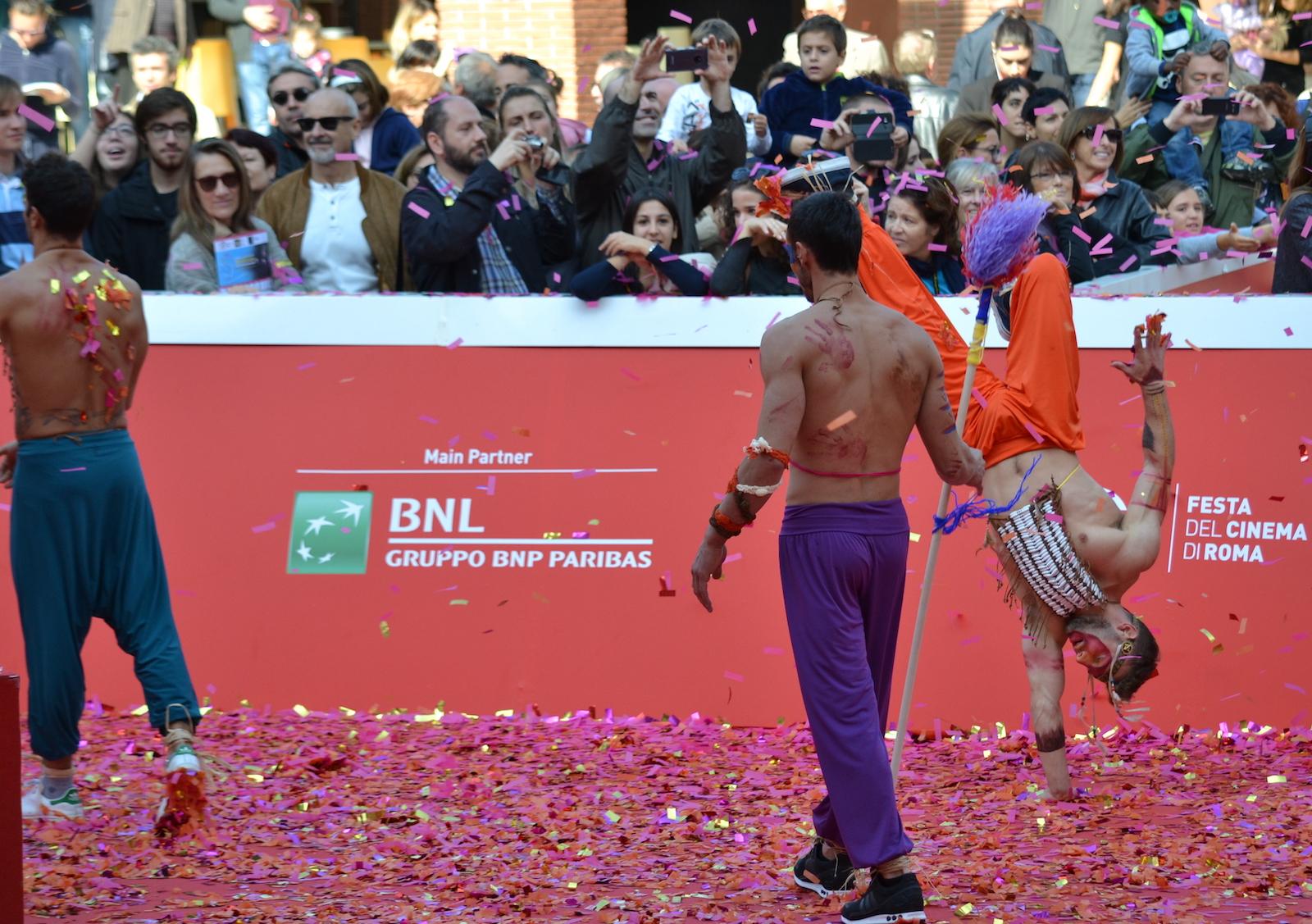Roma 2015: acrobazia per la folla vicino al red carpet di Pan - Viaggio sull'isola che non c'è