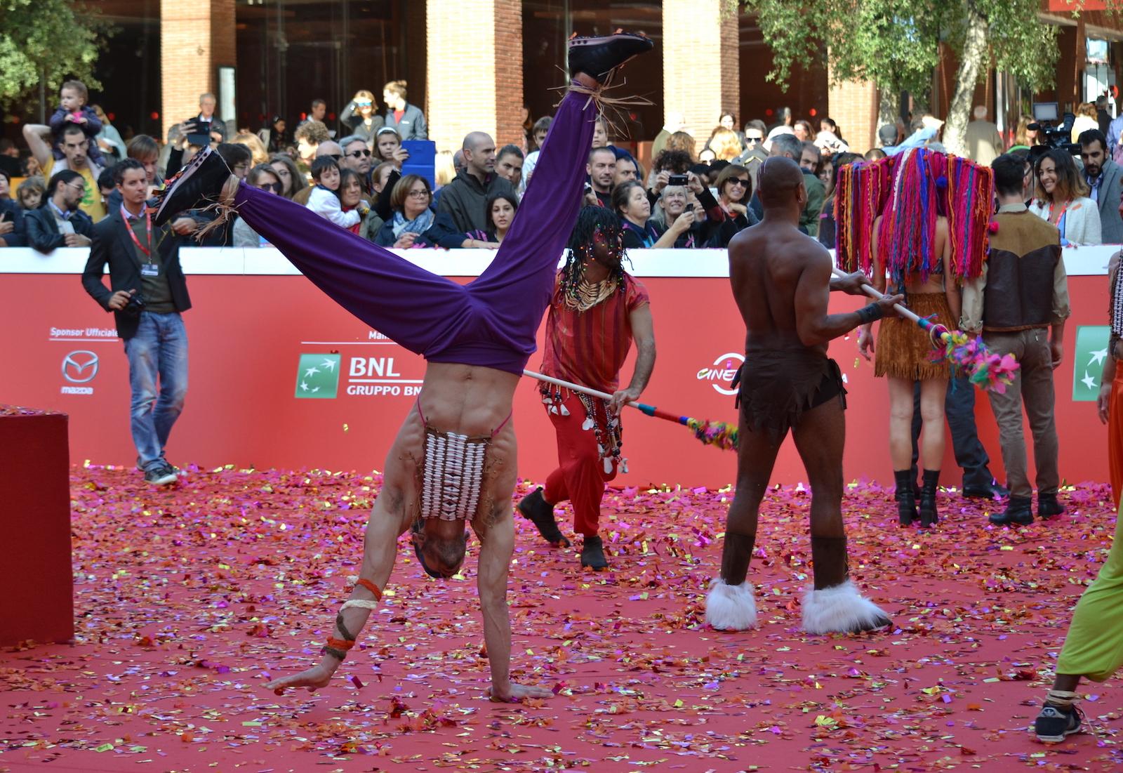 Roma 2015: un acrobata si esibisce sul red carpet di Pan - Viaggio sull'isola che non c'è