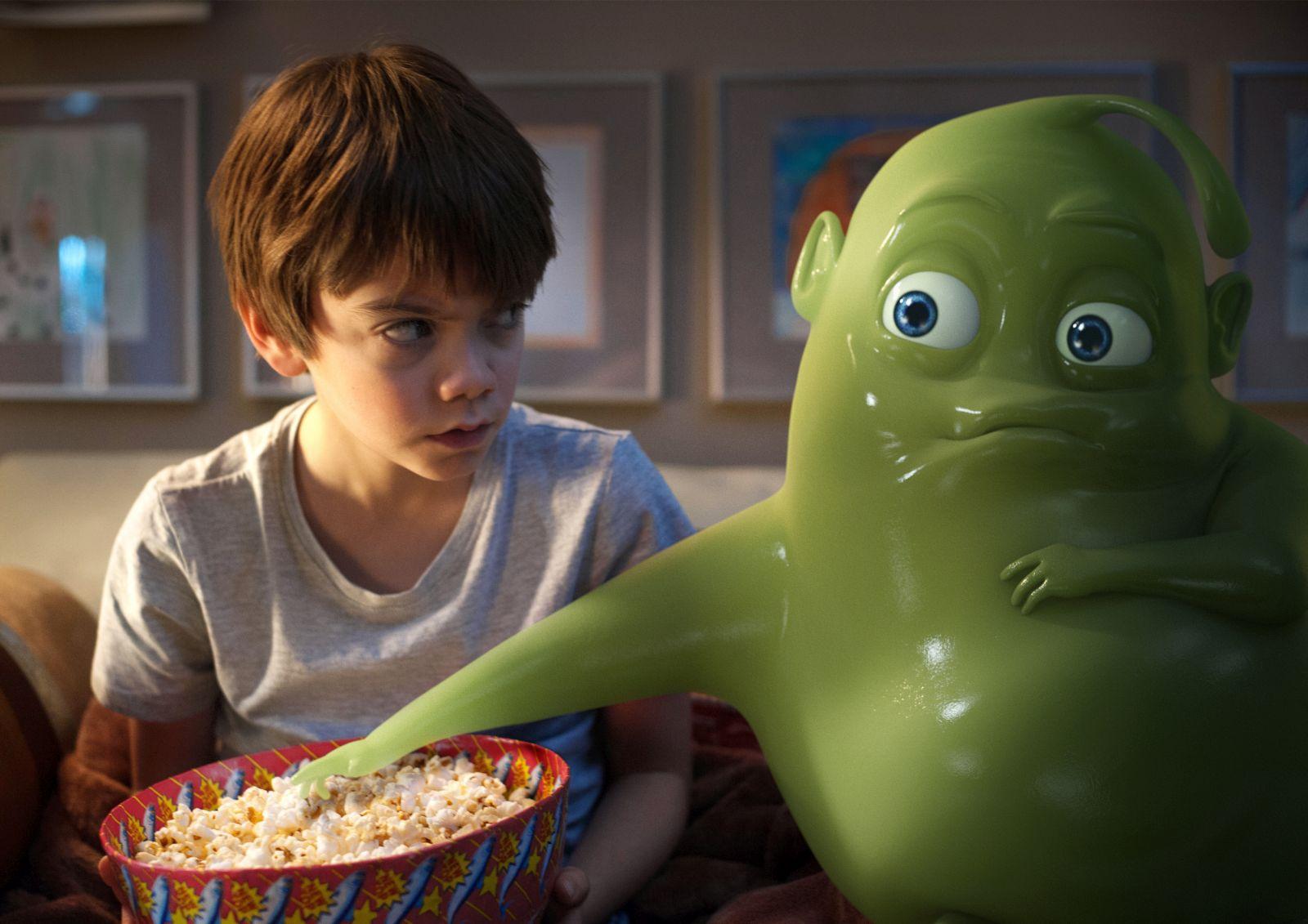 Ghosthunters - Gli acchiappafantasmi: Milo Parker e il fantsma Hugo in un'immagine del film
