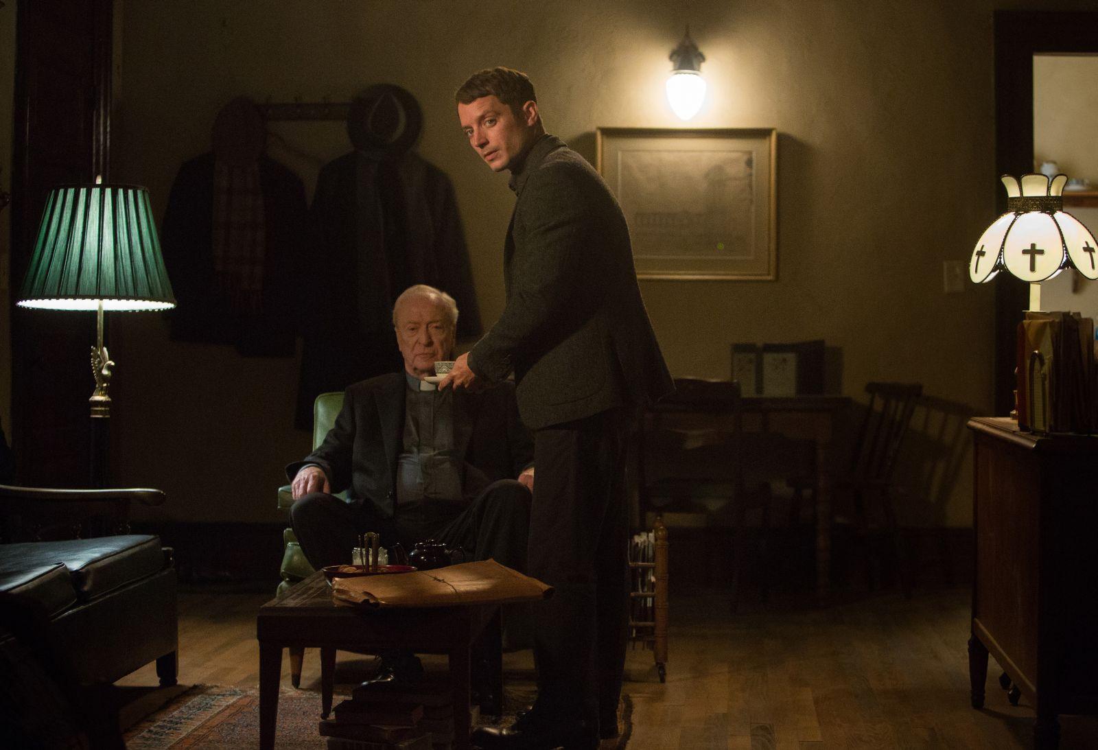 The Last Witch Hunter - L'ultimo cacciatore di streghe: Elijah Wood e Michael Caine in una scena del film