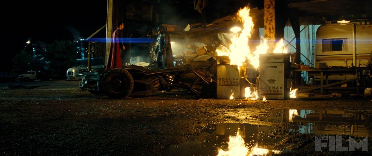 Batman v Superman: Dawn of Justice - confronto tra Ben Affleck e Henry Cavill mentre Gotham brucia