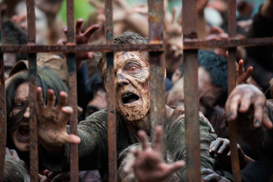 The Walking Dead: un gruppo di walker nell'episodio Thank You