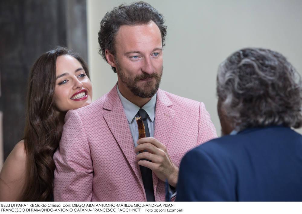 Belli di papà: Matilde Gioli, Francesco Facchinetti e (di spalle) Diego Abatantuono in una scena del film