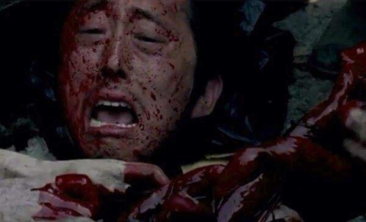 The Walking Dead: Glenn (Steven Yeun) sommerso dai walker in Thank You