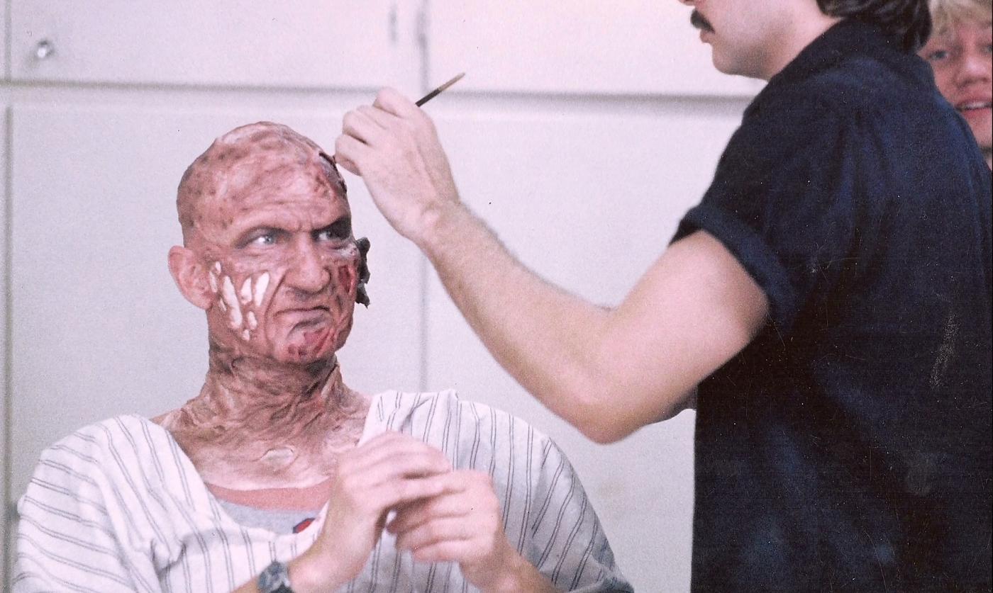 Robert Englund al trucco sul set di Nightmare - dal profondo della notte
