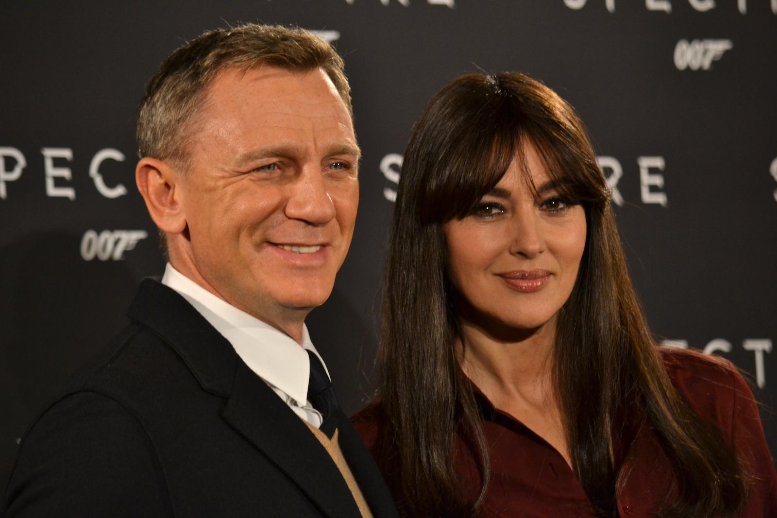 Daniel Craig e Monica Bellucci mentre sorridono ai fotografi al photocall di Spectre