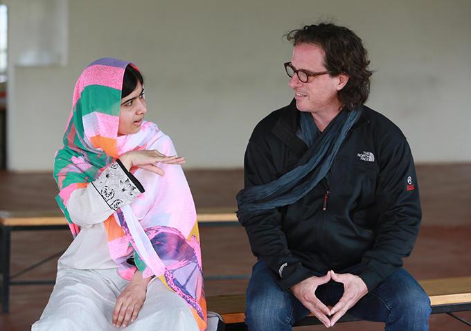 Malala: Malala Yousafzai sul set in compagnia del regista Davis Guggenheim