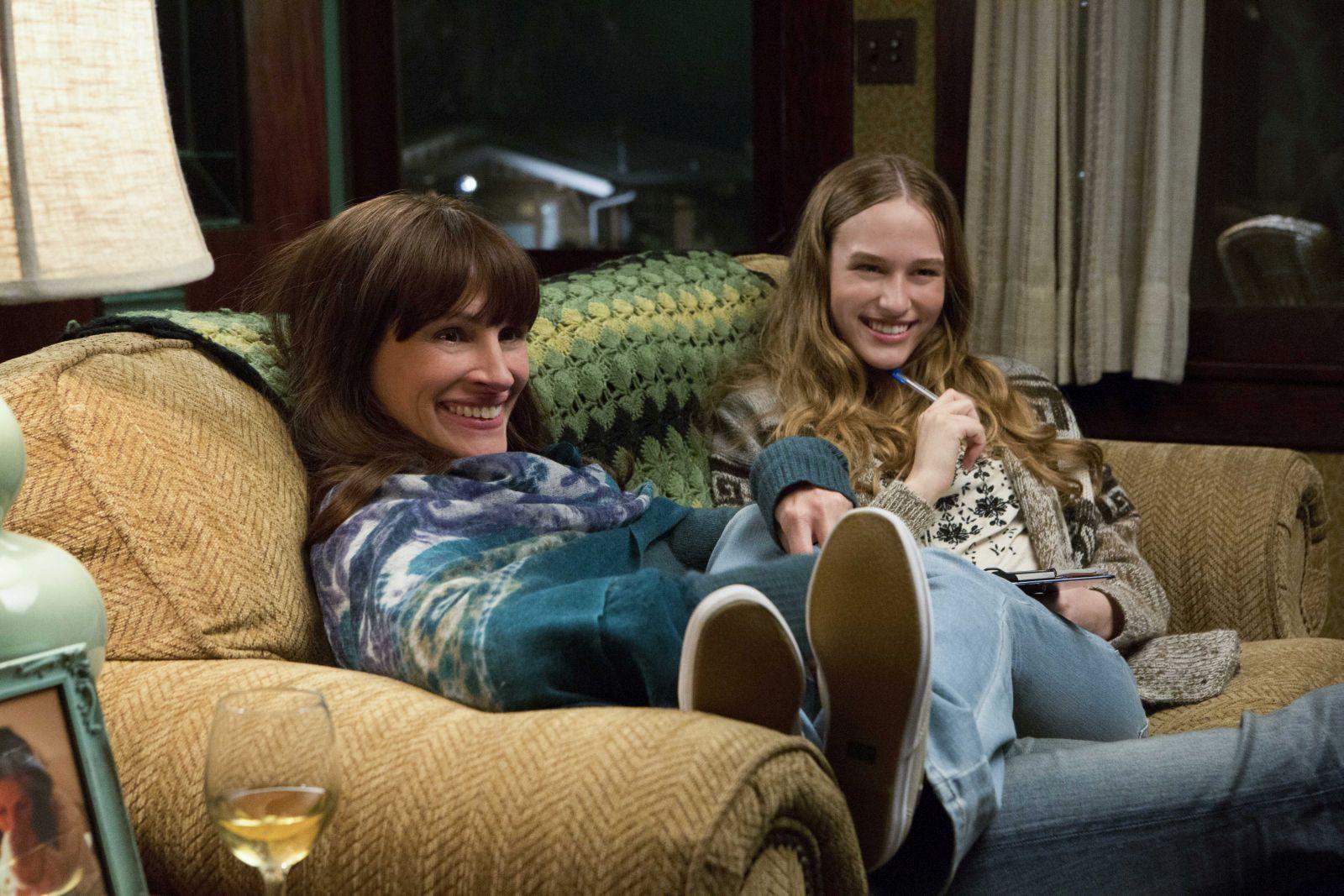 Il segreto dei suo occhi: una sorridente Julia Roberts sul divano con Zoe Graham