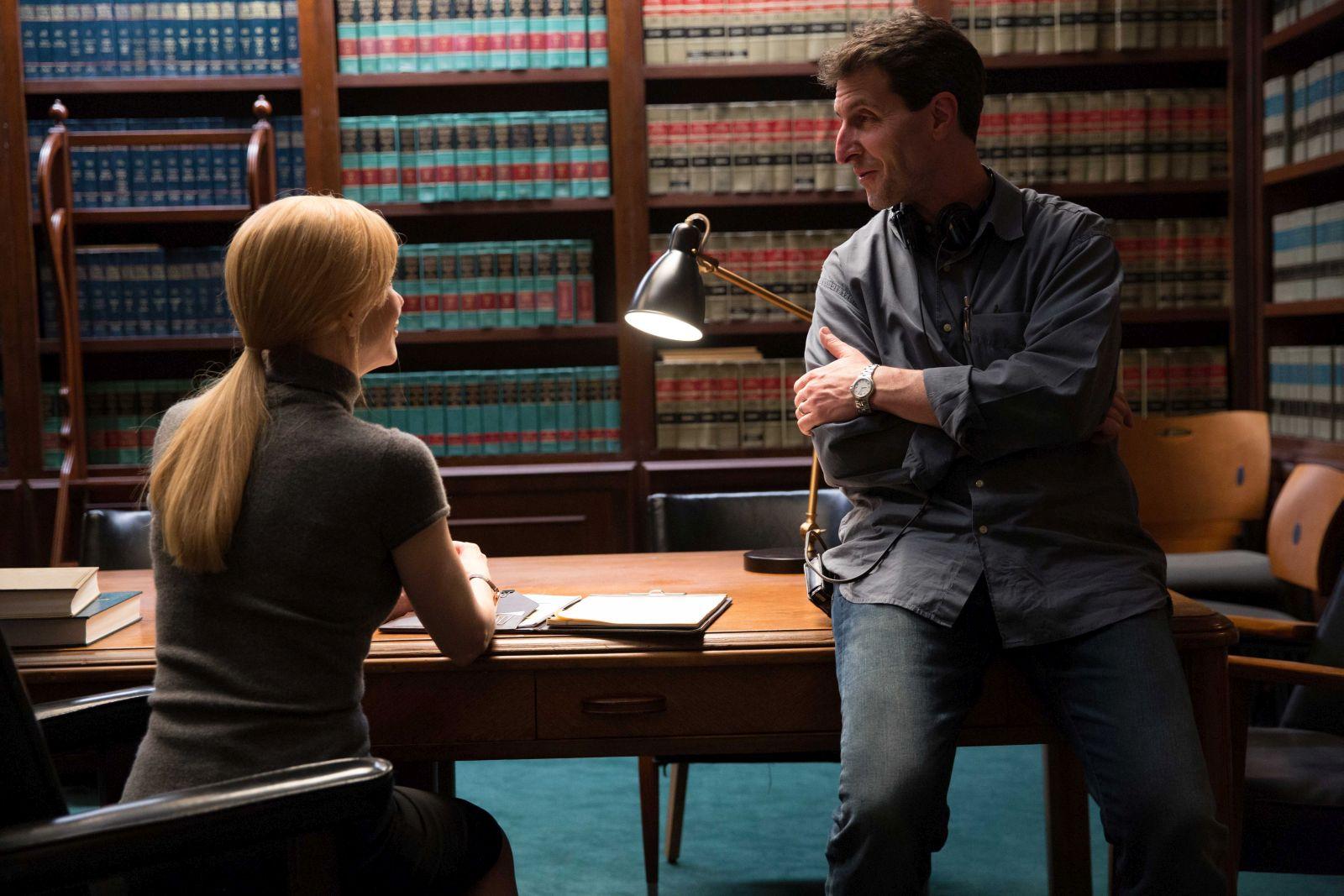 Il segreto dei suoi occhi: il regista Billy Ray con Nicole Kidman in un'immagine dal set