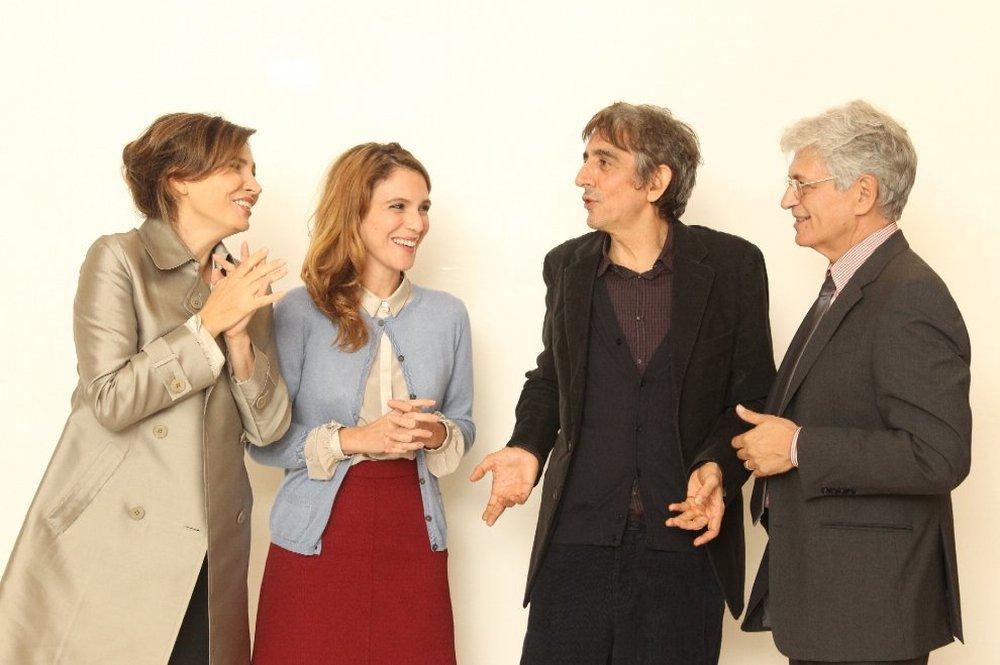 Dobbiamo parlare: i quattro protagonisti del flim divertiti in un'immagine dal set