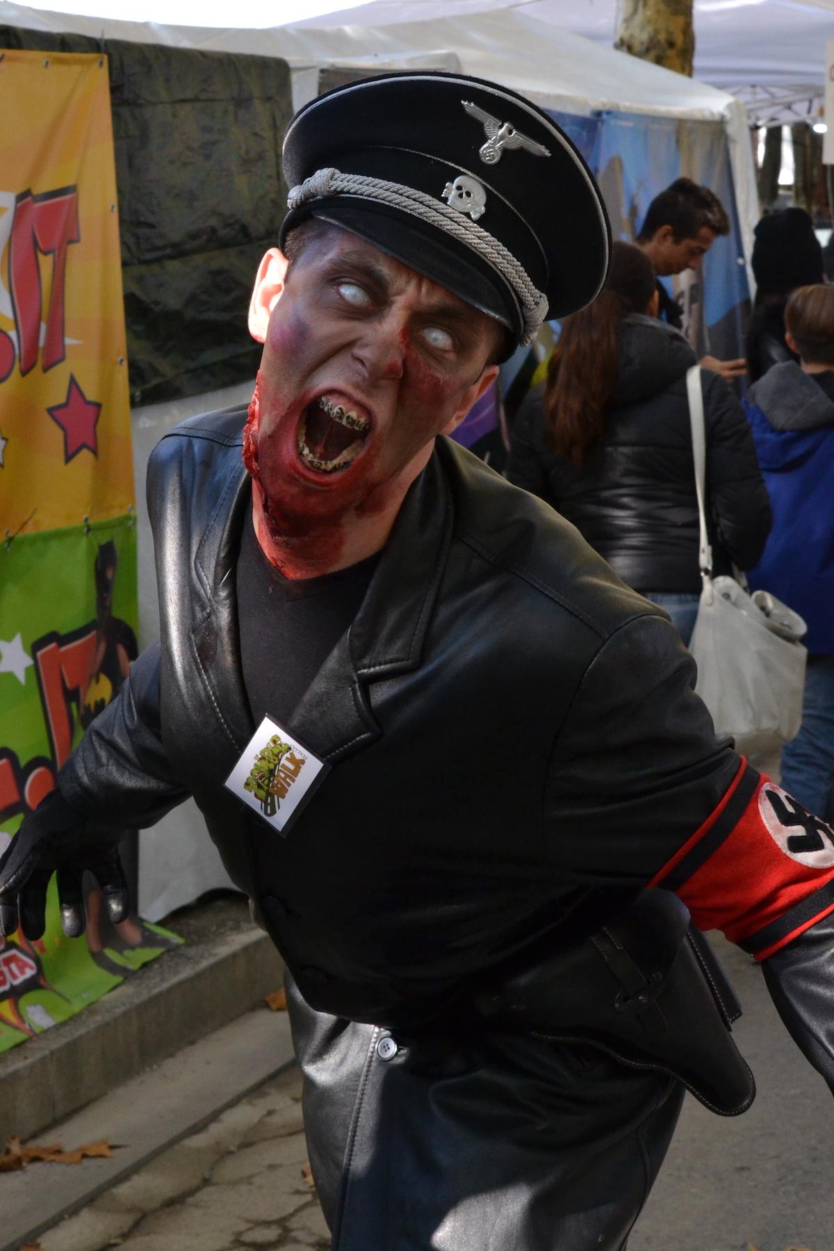 Lucca 2015: cosplayer zombie sulle mura di Lucca