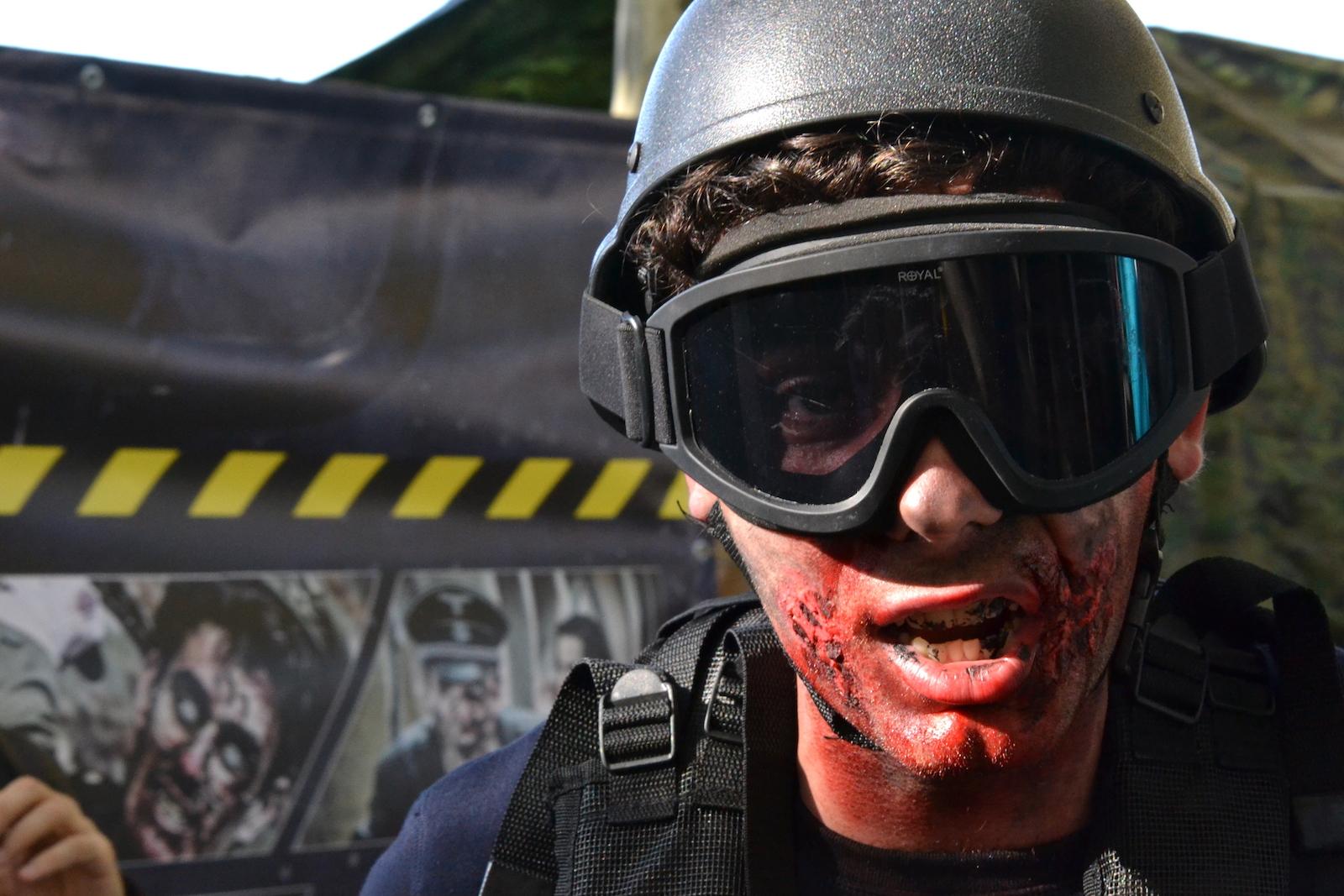 Lucca 2015: primo piano di un cosplay da soldato zombie