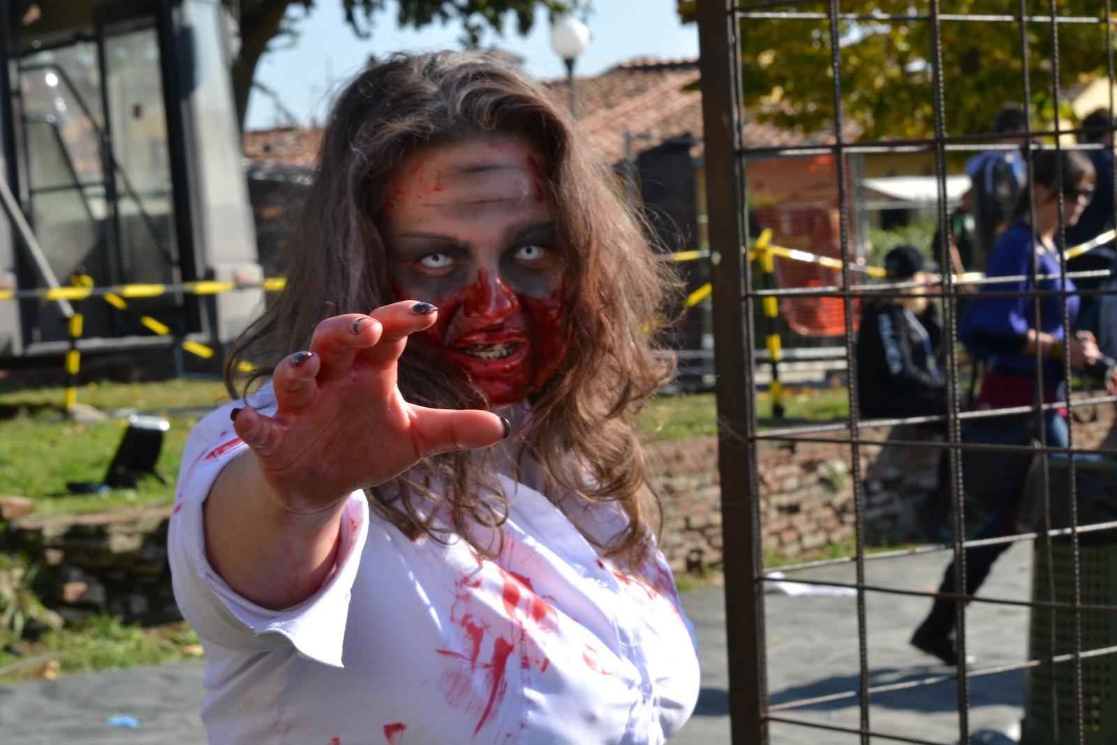 Lucca 2015: Cosplayer zombie in uno scatto al padiglione dell'Umbrella