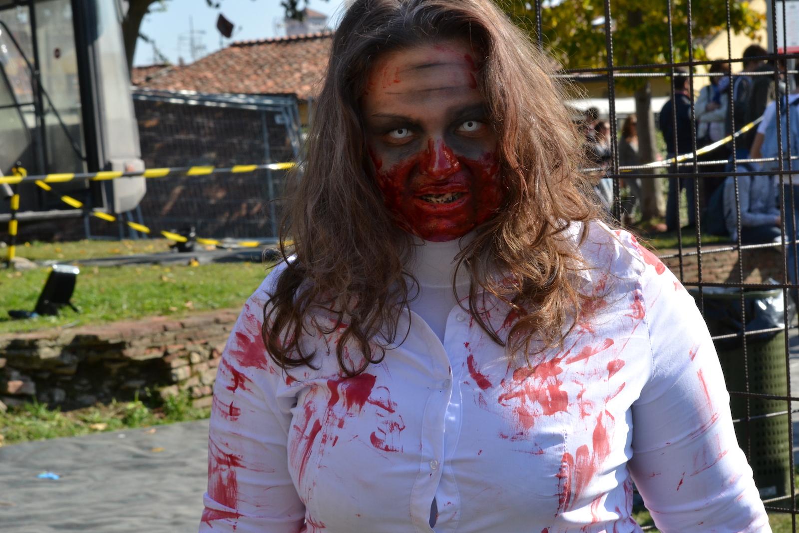 Lucca 2015: Cosplayer Zombie al padiglione dell'Umbrella