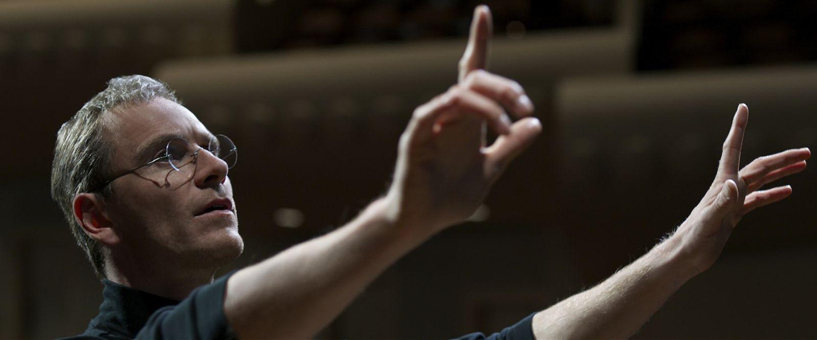Steve Jobs: il protagonista del film Michael Fassbender in una scena