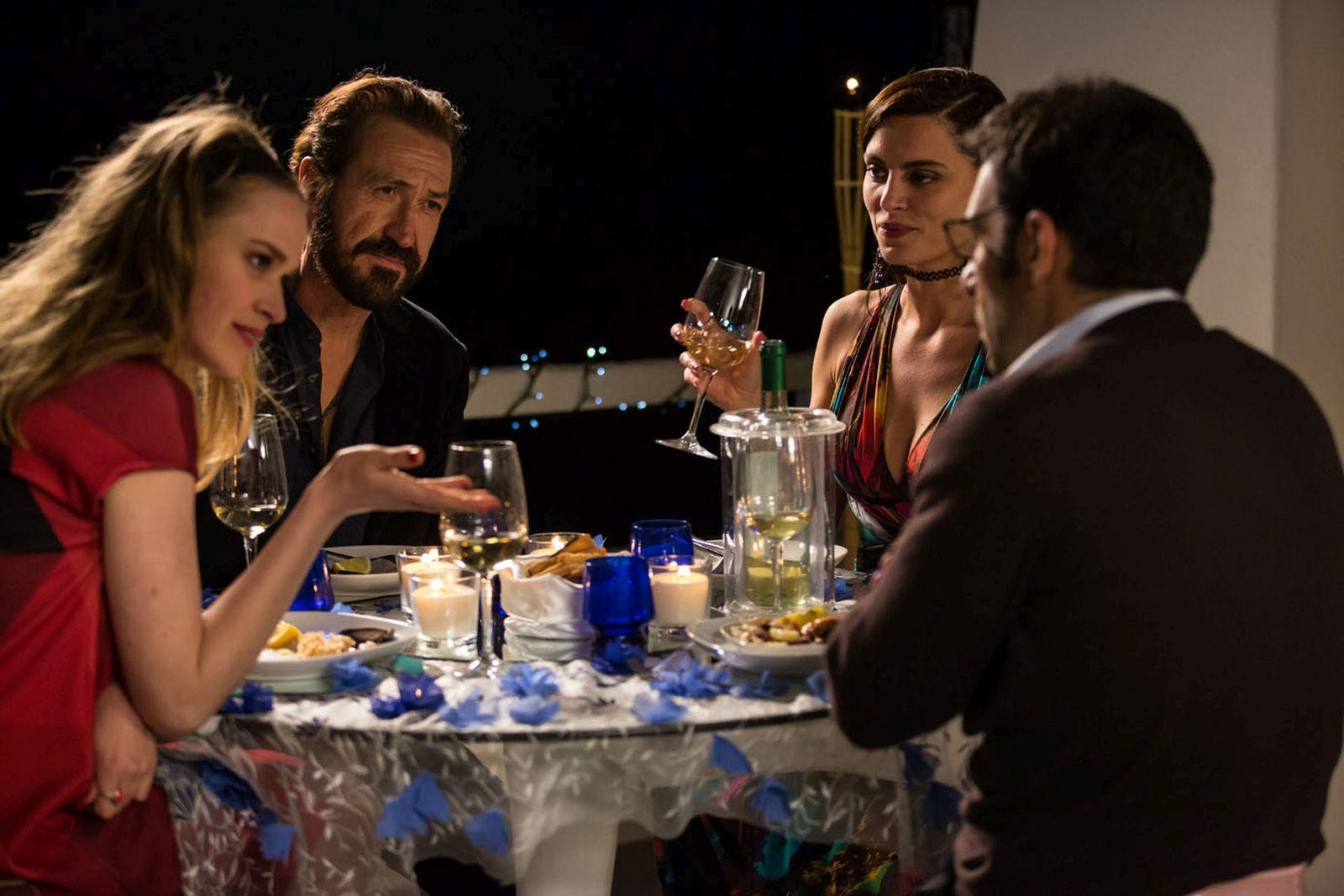 Loro Chi?: Marco Giallini, Catrinel Marlon, Lisa Bor ed Edoardo Leo a cena in una scena del film