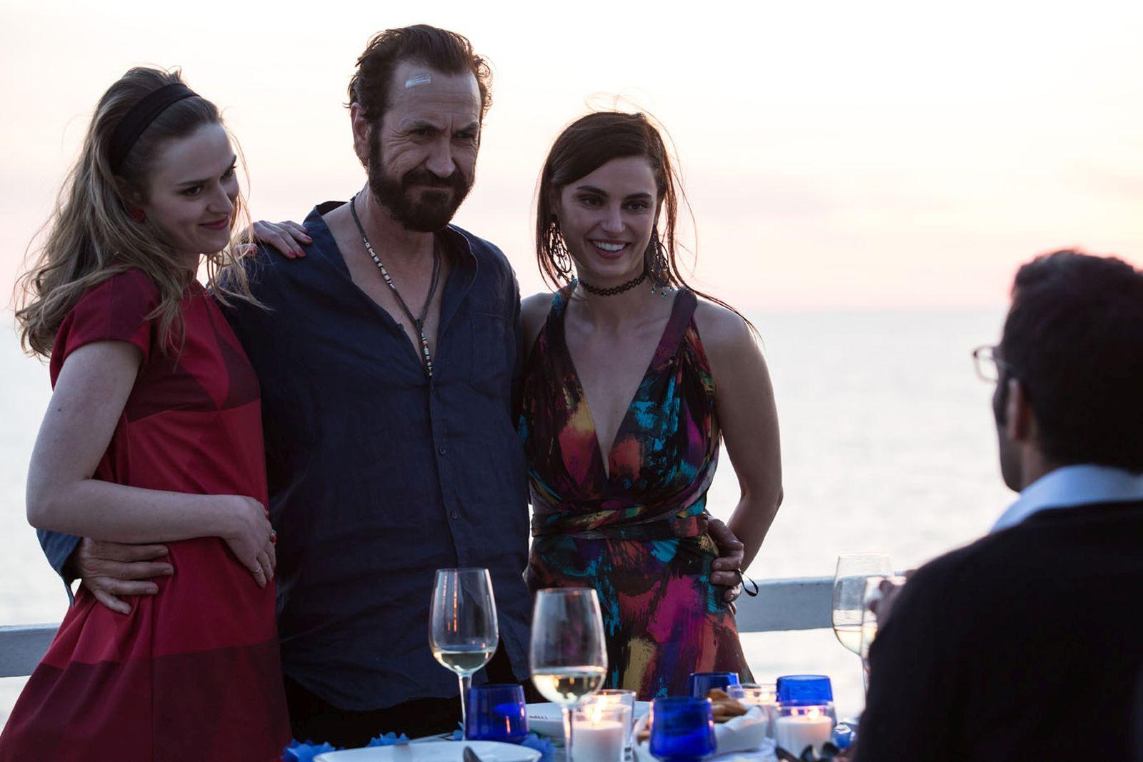 Loro Chi?: Marco Giallini in compagnia di Catrinel Marlon e Lisa Bor con Edoardo Leo di spalle