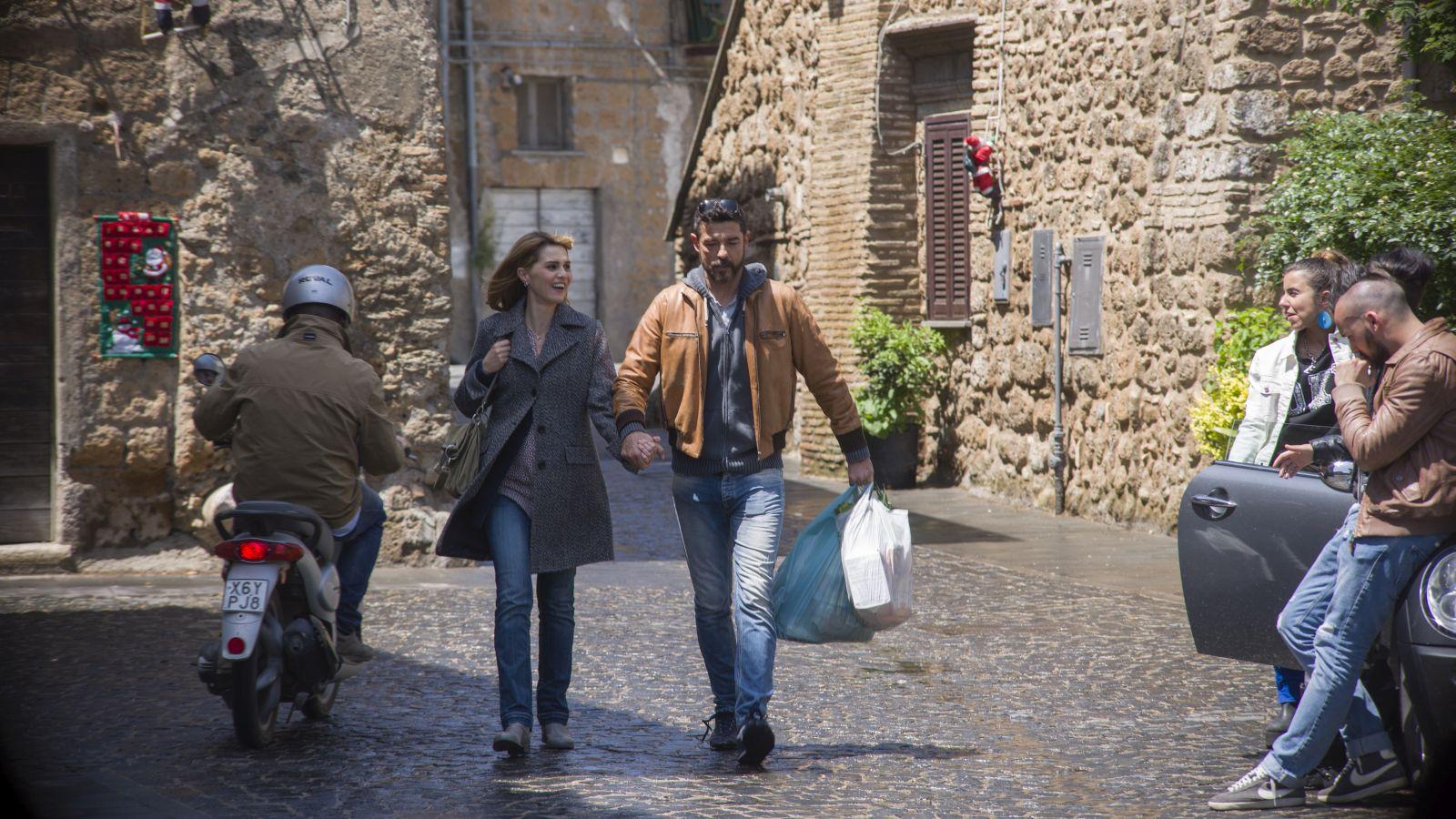 Gli ultimi saranno ultimi: Paola Cortellesi e Alessandro Gassman camminano in una scena del film
