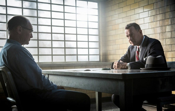 Il ponte delle spie: Mark Rylance e Tom Hanks in una scena del film