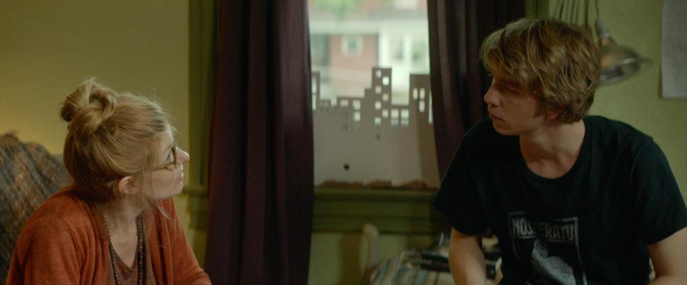 Quel fantastico peggior anno della mia vita: Connie Britton insieme a Thomas Mann in una scena del film
