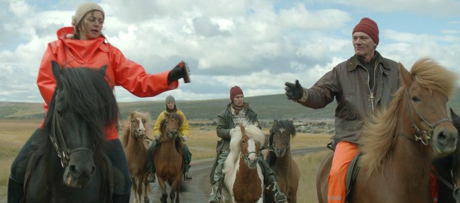 Storie di cavalli e di uomini: Ingvar Eggert Sigurðsson e Charlotte Bøving in una scena del film