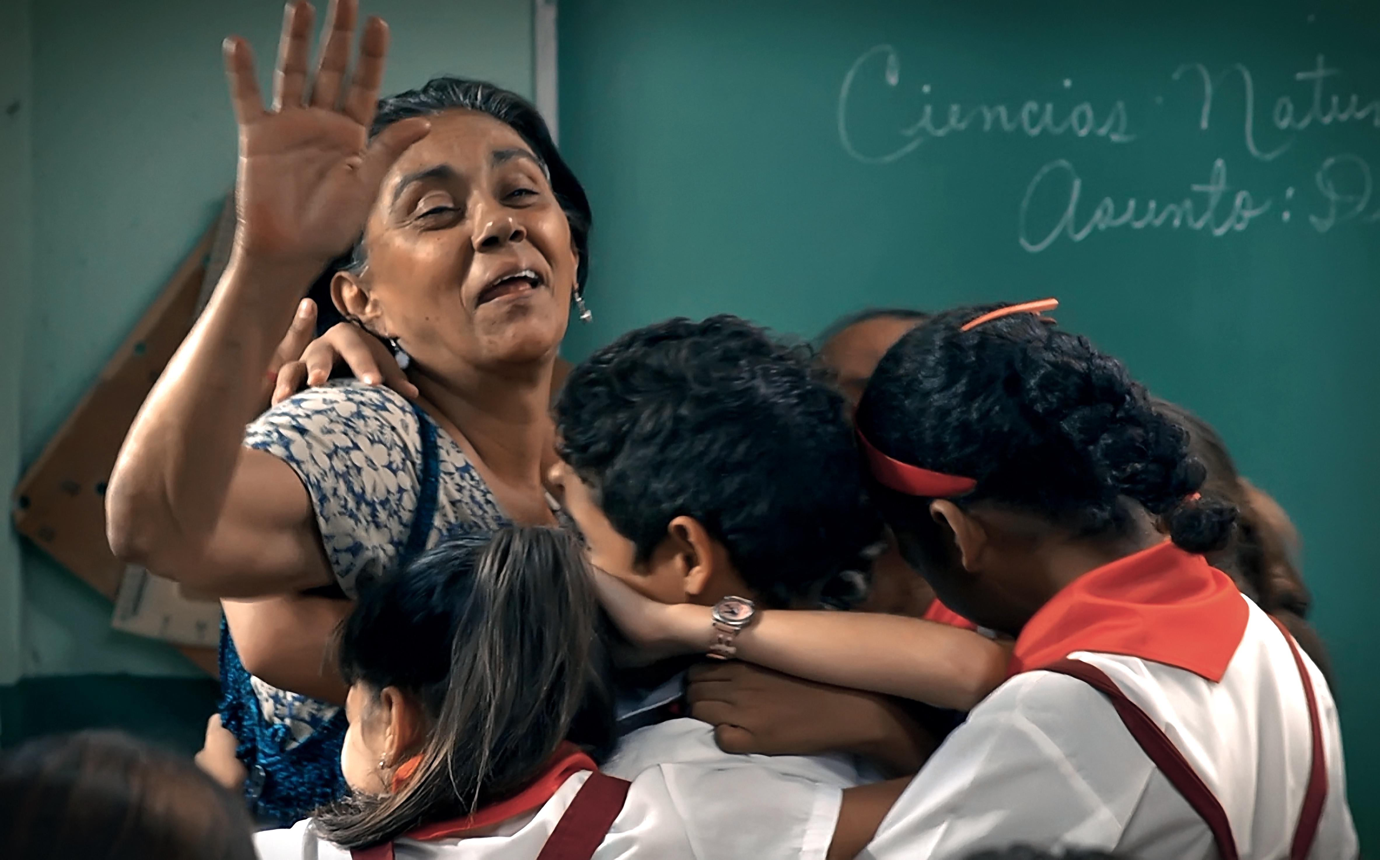 Condotta: Alina Rodríguez circondata dai suoi affettuosi studenti in una scena del film