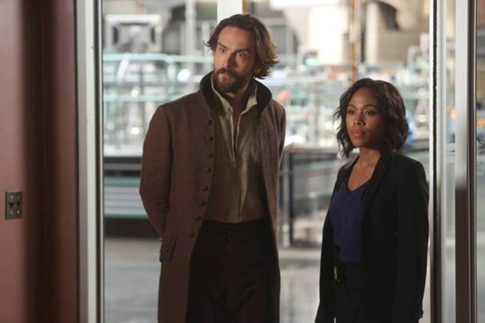 Sleepy Hollow: Tom Mison e Nicole Beharie in una foto dell'episodio Dead Men Tell No Lies, crossover con Bones