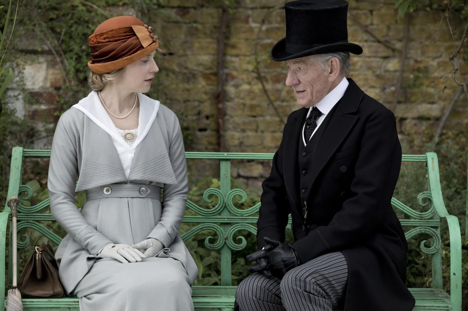 Mr. Holmes - Il mistero del caso irrisolto: Ian McKellen in compagnia di una donna in una scena del film