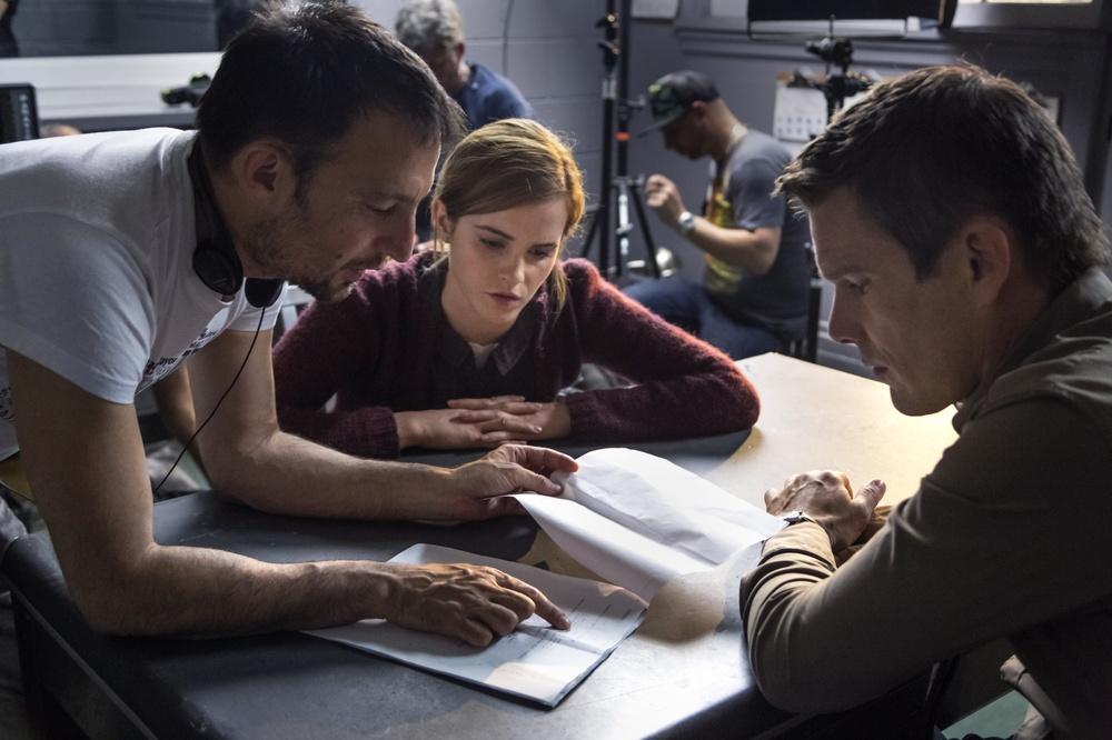 Regression: Alejandro Amenábar, Emma Watson ed Ethan Hawke sul set del film