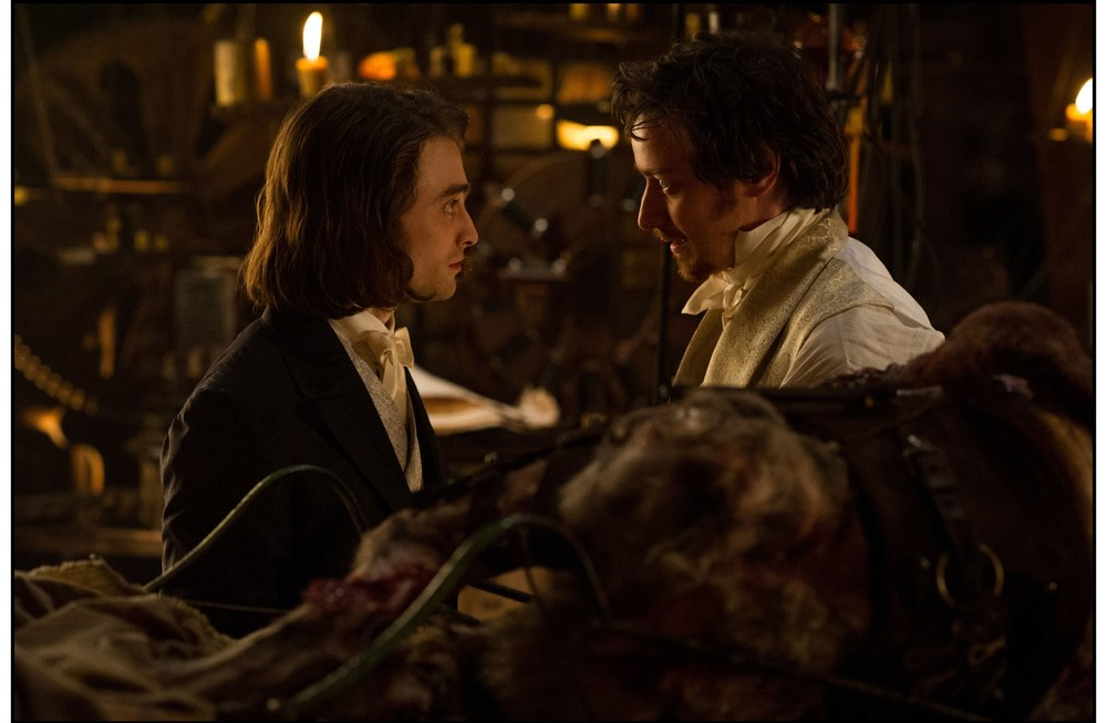 Victor - La storia segreta del Dott. Frankenstein: James McAvoy e Daniel Radcliffe in una scena del film