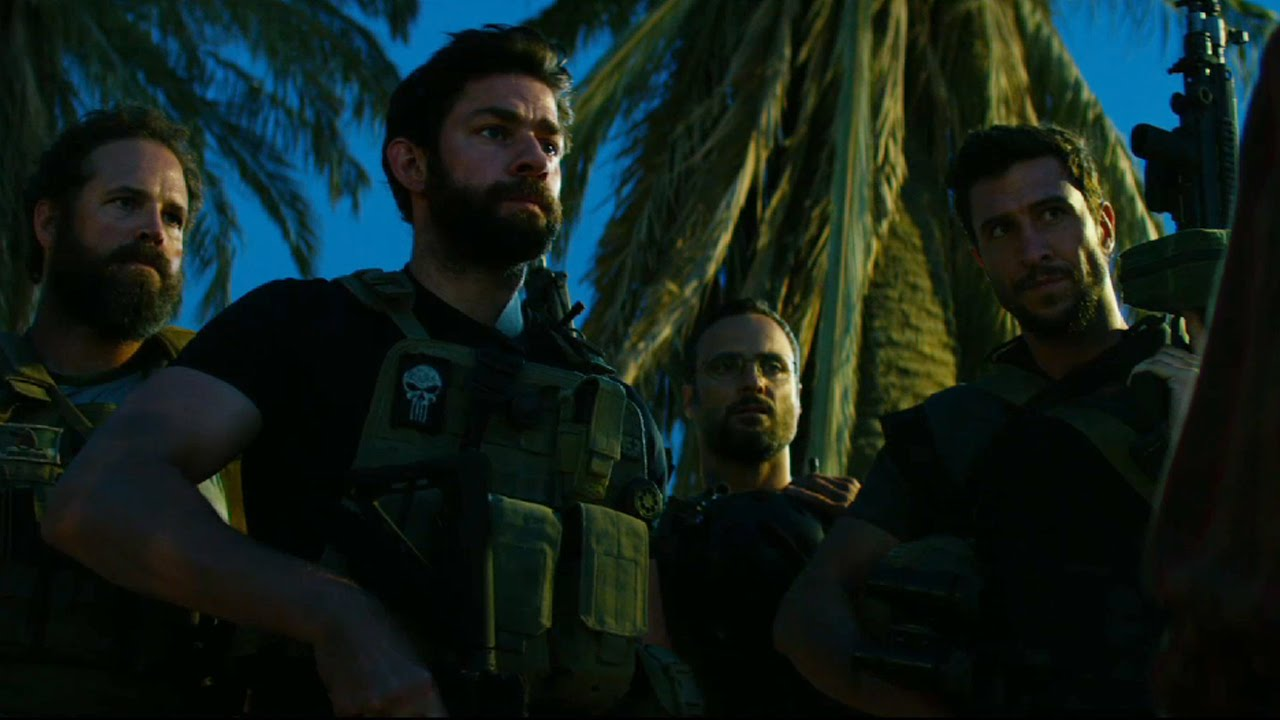 13 Hours: The Secret Soldiers of Benghazi -  John Krasinski e gli altri soldati in una scena