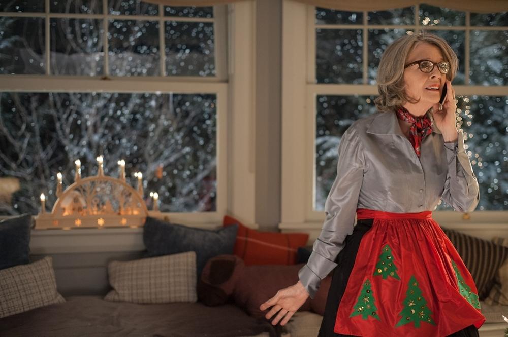 Natale all'improvviso: Diane Keaton al telefono in una scena del film