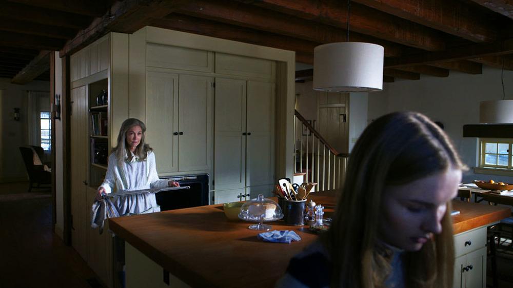 The Visit: Deanna Dunagan e Olivia DeJonge in una scena del film