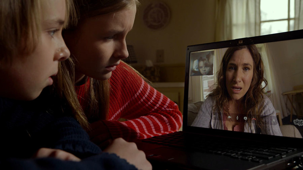 The Visit: Ed Oxenbould, Olivia DeJonge e Kathryn Hahn in una scena del film