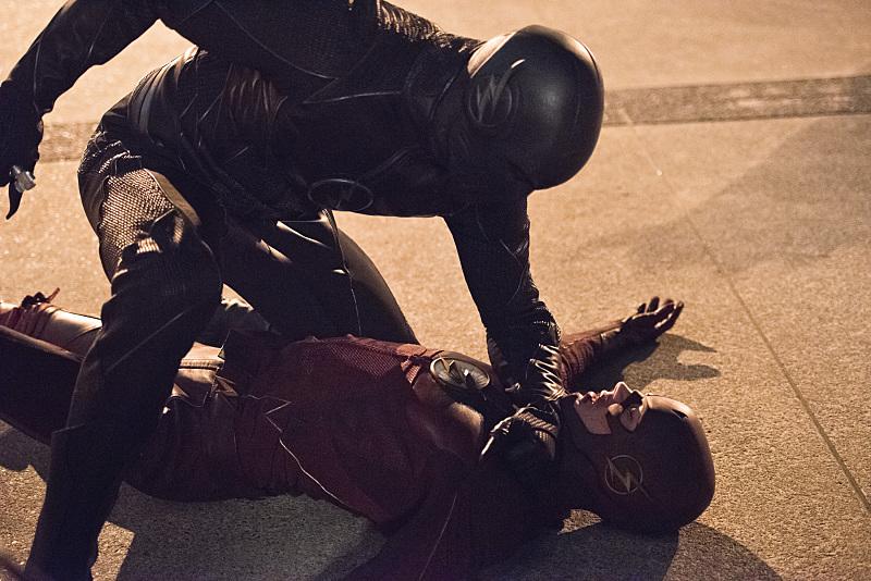 The Flash: Zoom si scontra con Barry Allen in una foto dell'episodio Enter Zoom