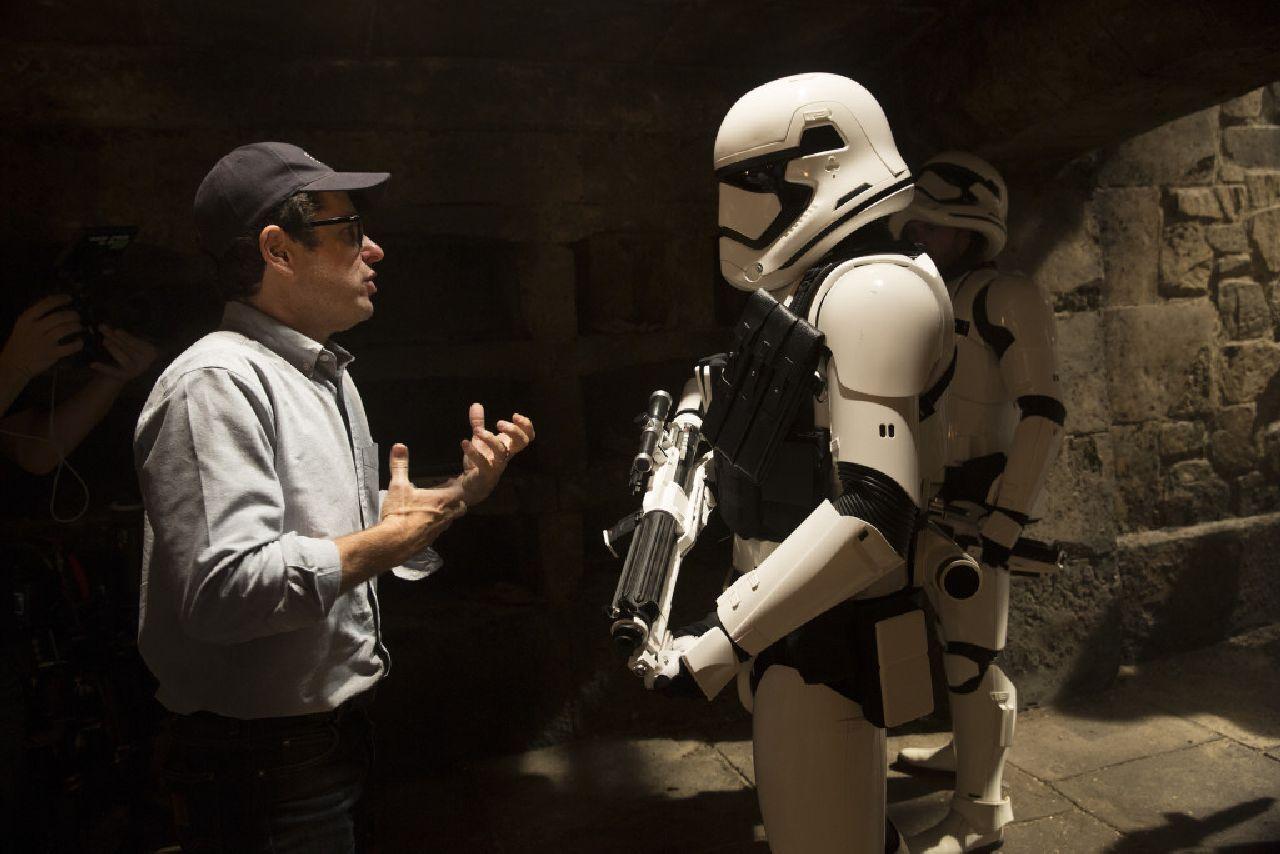 Star Wars: Il Risveglio della Forza: J.J. Abrams sul set dà indicazioni a uno degli attori