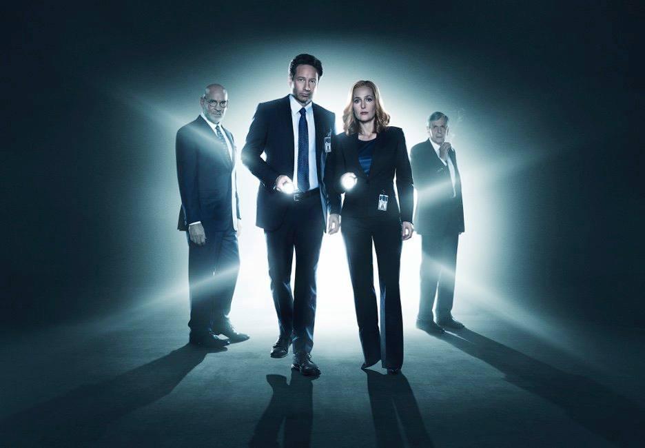 X-Files: Mitch Pileggi, David Duchovny, Gillian Anderson e William B. Davis in una foto promozionale