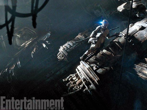 Star Wars: Il Risveglio della Forza - Rey (Daisy Ridley) tra i resti di una nave spaziale
