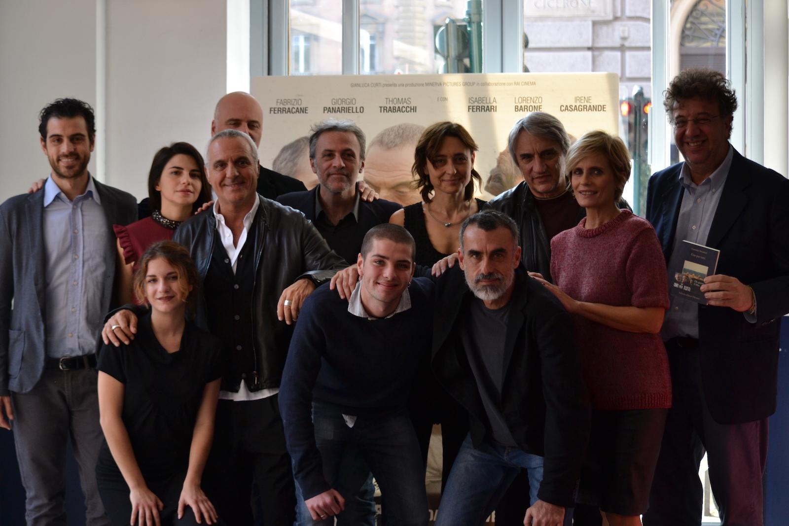 Il cast, il regista, i produttori e lo scrittore del libro posano al photocall di Uno per tutti