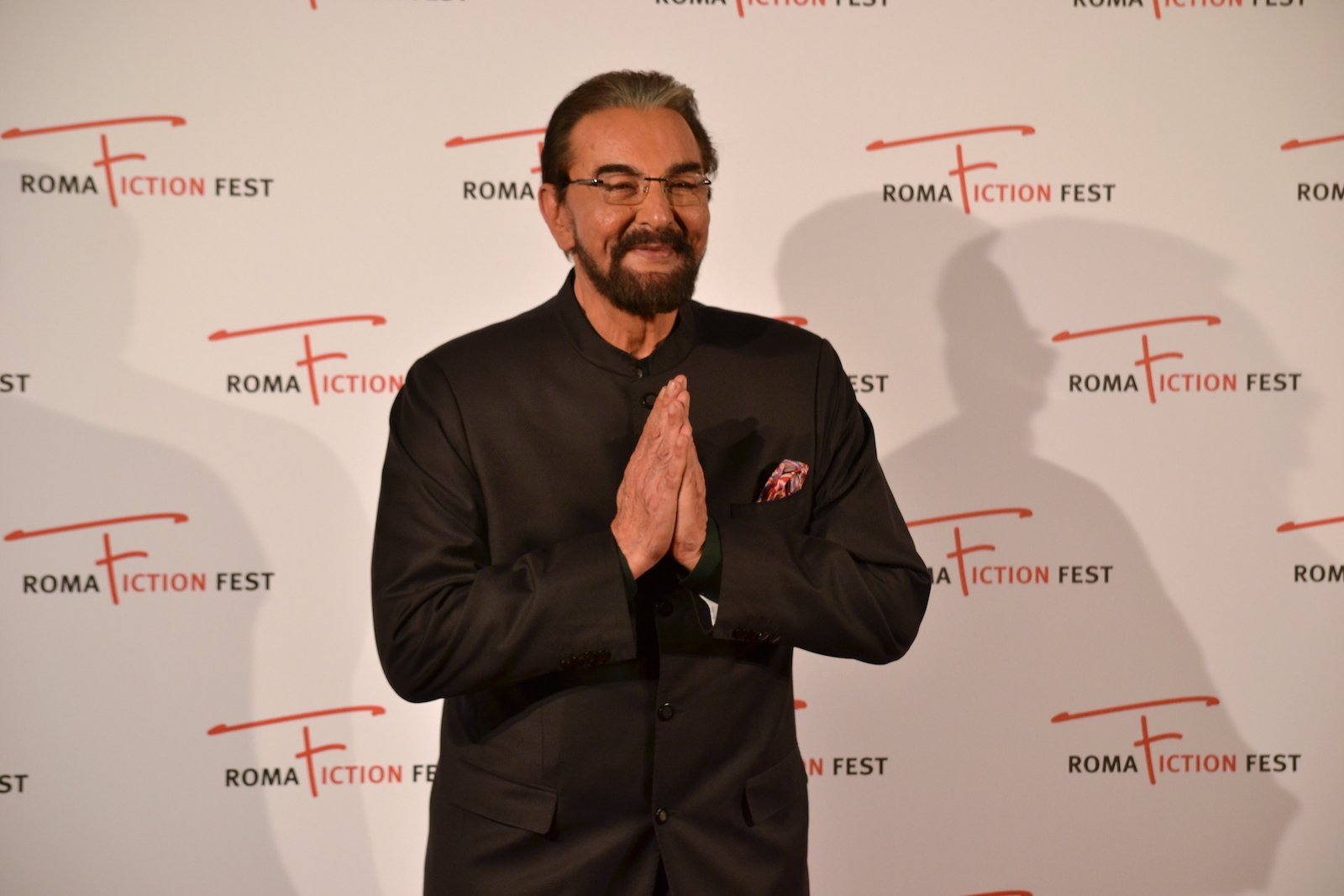 Roma Fiction Fest 2015: Kabir Bedi saluta i fotografi sul red carpet di Sandokan