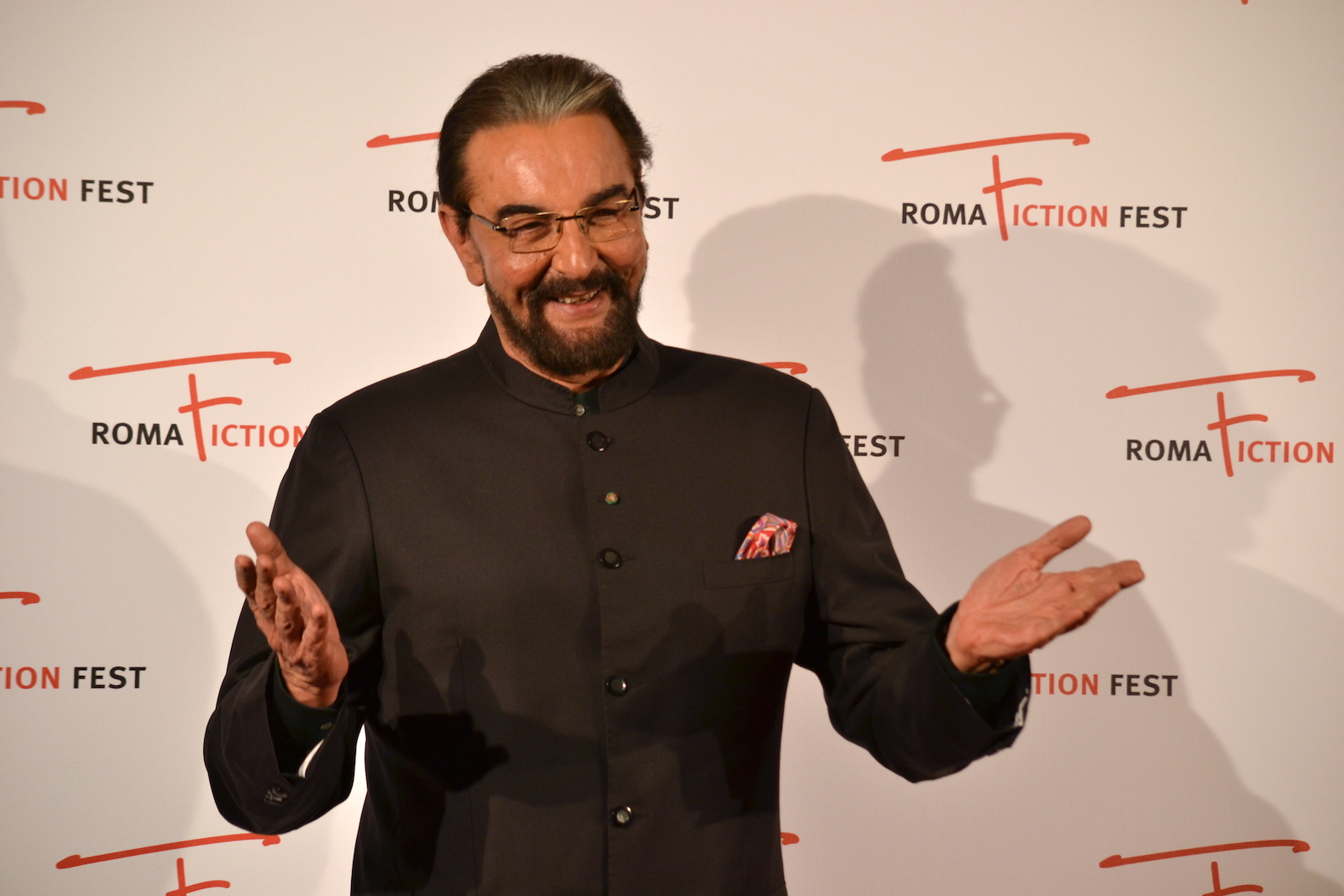Roma Fiction Fest 2015: Kabir Bedi sorride ai fotografi sul red carpet di Sandokan