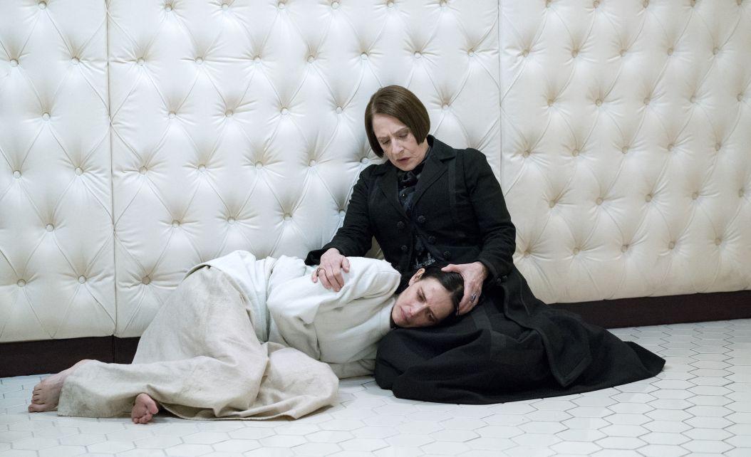 Penny Dreadful: Eva Green e Patti LuPone in una foto della terza stagione