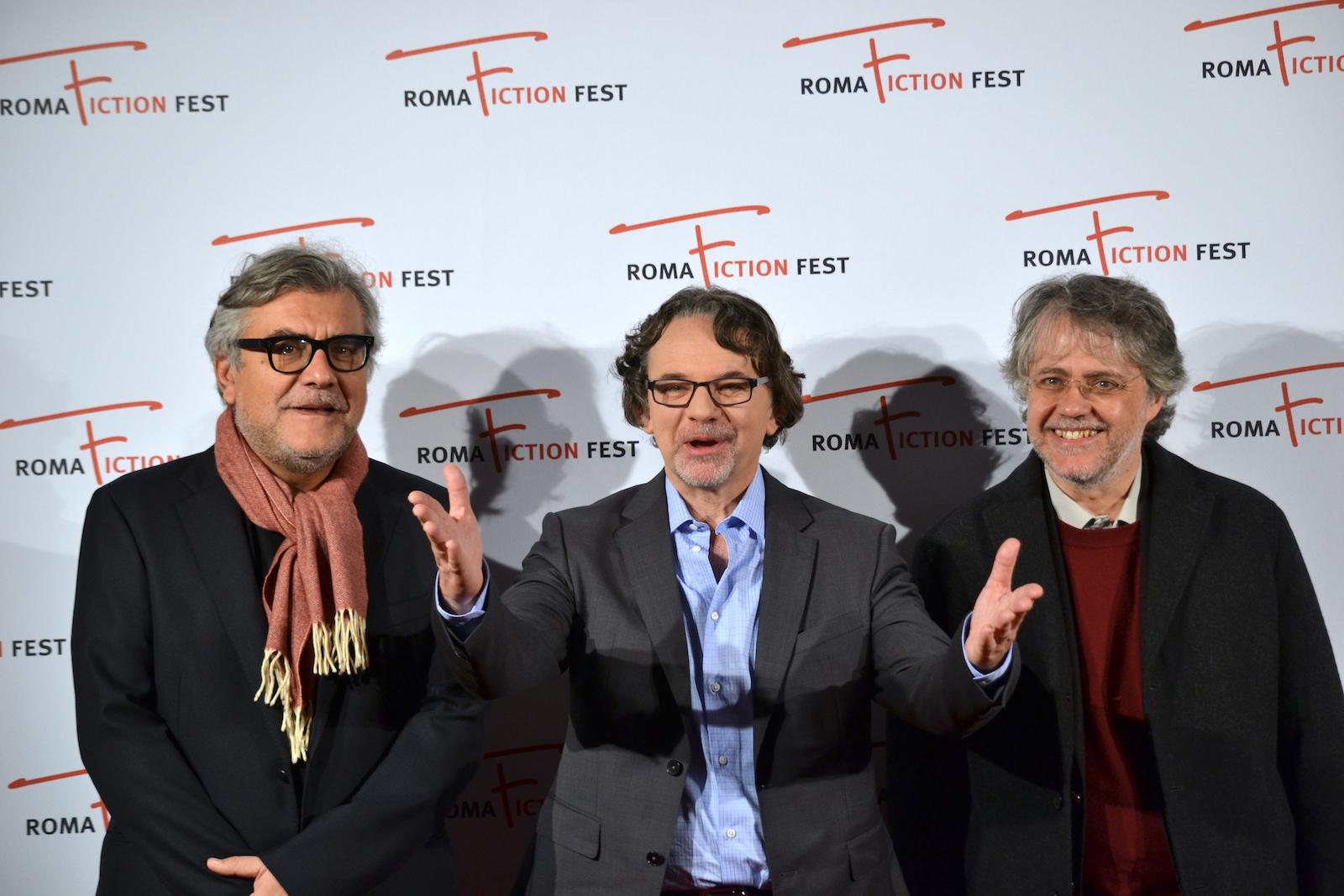 Roma Fiction Fest 2015: Frank Spotnitz, Giancoarlo de Cataldo e Andrea porporati in uno scatto al photocall prima della masterclass