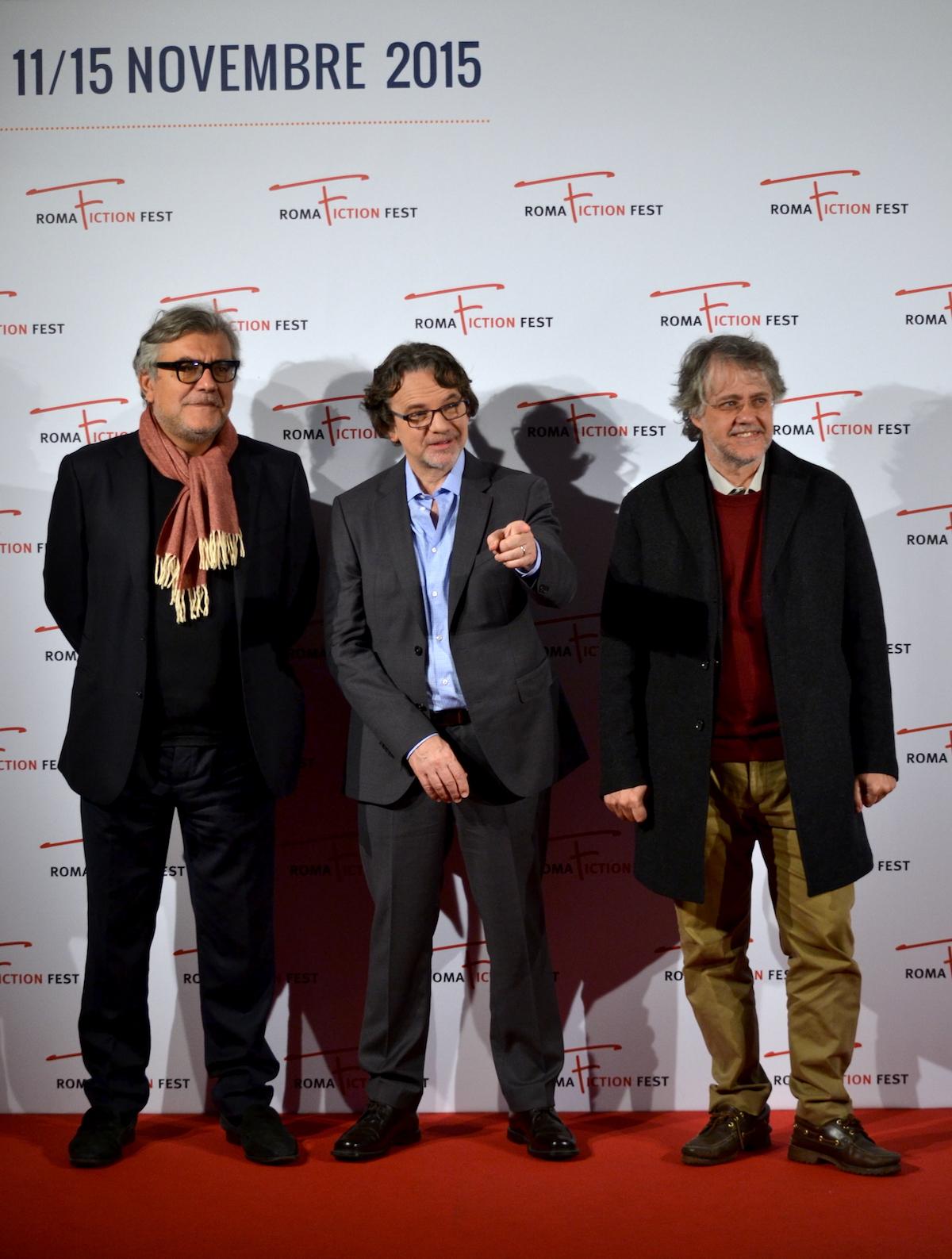 Roma Fiction Fest 2015: Frank Spotnitz insiema a Giancarlo De Cataldo e Andrea Porporati al photocall prima della masterclass