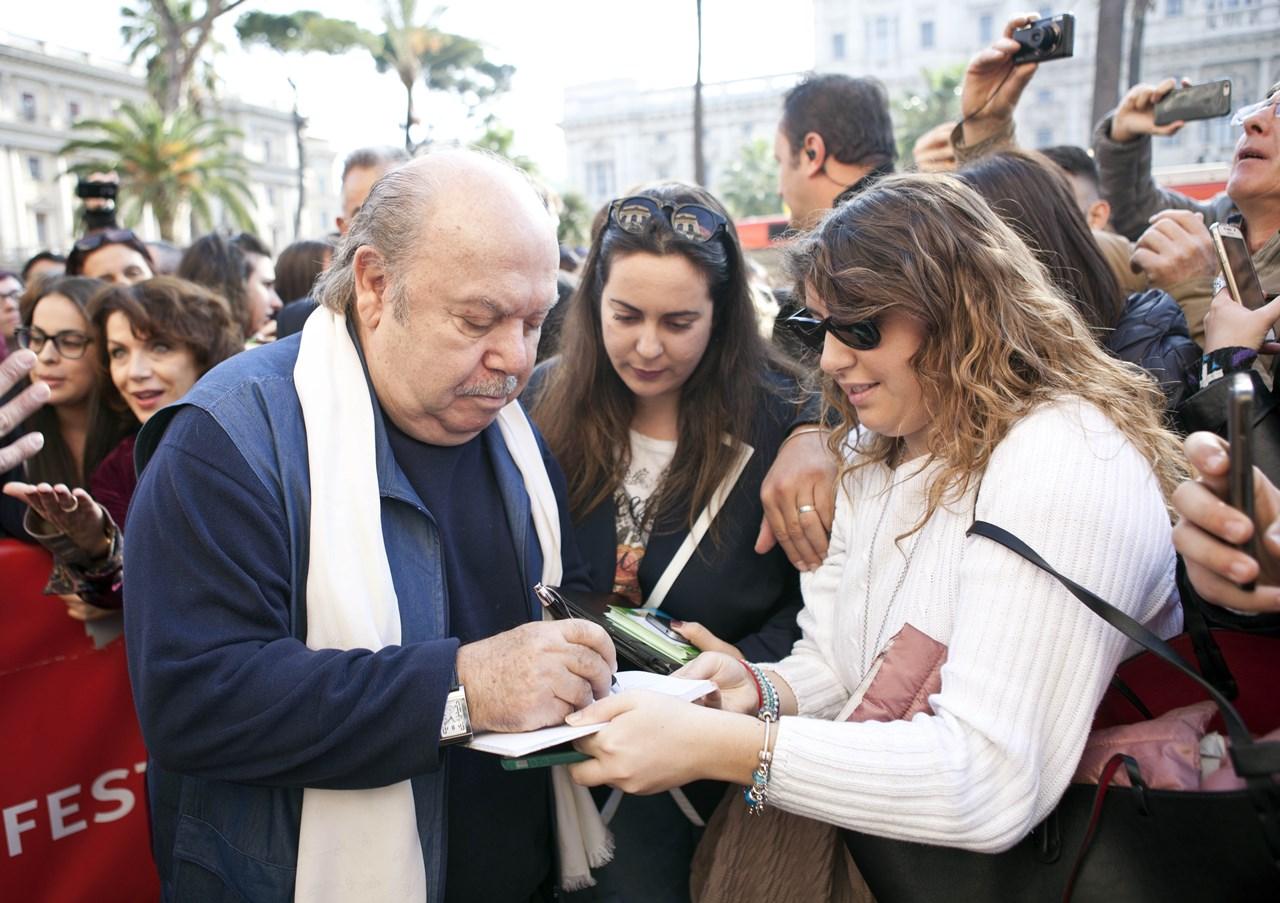 Un medico in famiglia: Lino Banfi firma autografi ai fan sul red carpet della reunion della serie svoltasi al Roma Fiction Fest