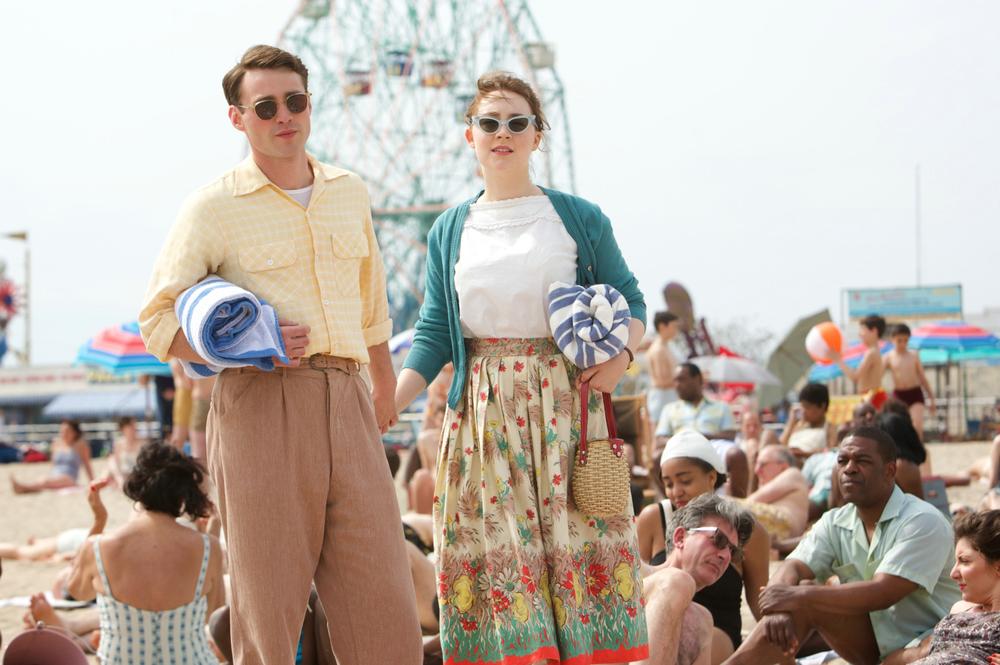 Brooklyn: Saoirse Ronan ed Emory Cohen in una scena del film