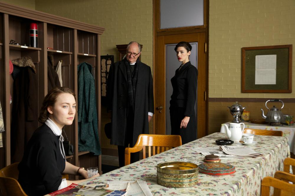 Brooklyn: Saoirse Ronan e Jim Broadbent in un momento del film