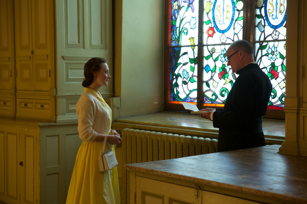 Brooklyn: Saoirse Ronan e Jim Broadbent in una scena del film
