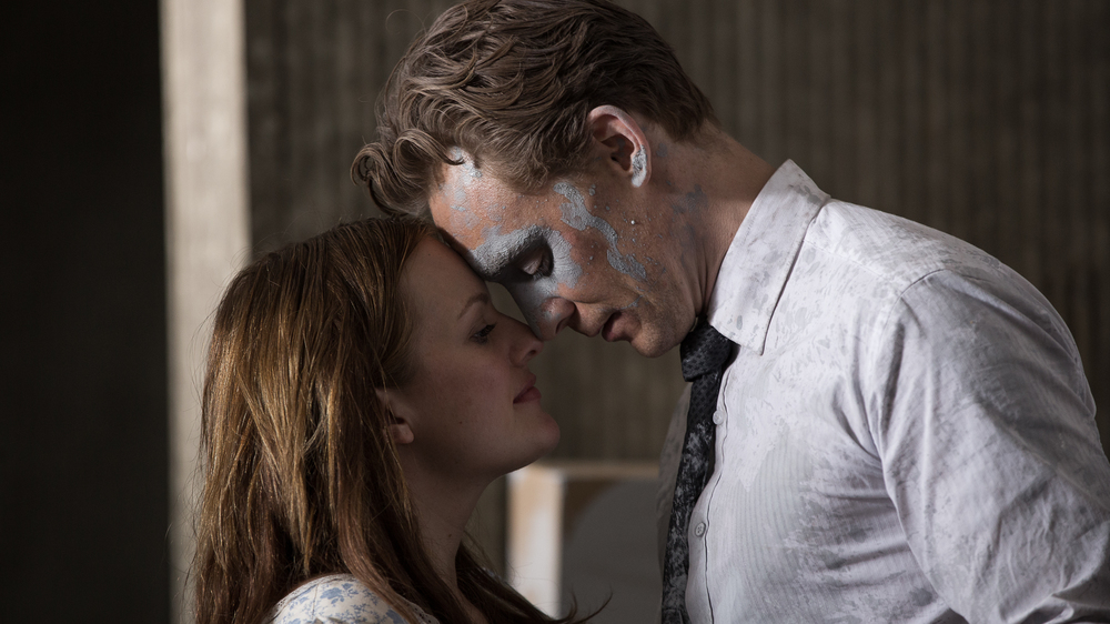 High-Rise: Tom Hiddleston ed Elisabeth Moss in una scena del film